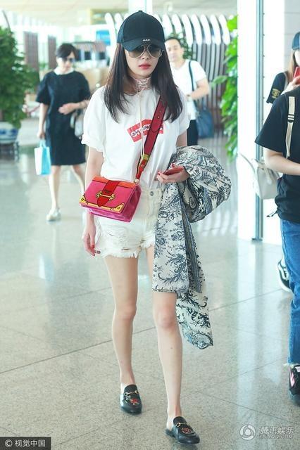 Ngày 1/6, Dương Mịch xuất hiện tại sân bay cùng cha mẹ ruột. Cô bay về Hồng Kong để đón sinh nhật của con gái cưng.