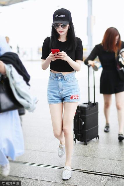 Dương Mịch không quên kiểm tra tin nhắn trong lúc đợi làm thủ tục.