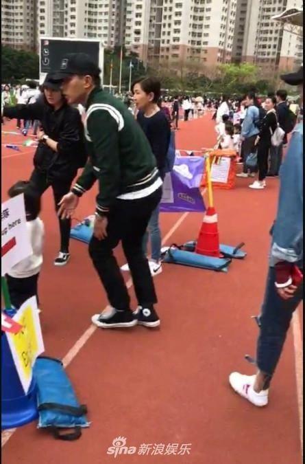 Một cô giáo trong trường cho biết đây cũng là lần đầu tiên gặp Dương Mịch ngoài đời thực. Trước đó, cô chỉ thỉnh thoảng gặp Lưu Khải Uy đến đón con. Được bố mẹ cùng đưa đi học, cô bé 3 tuổi thực sự rất hạnh phúc và vui vẻ.