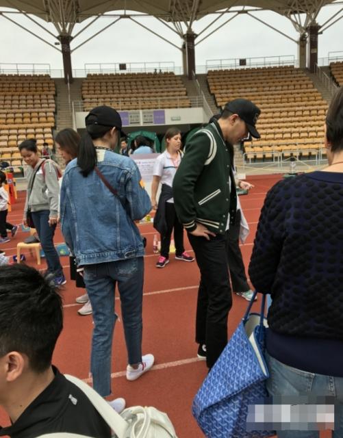 Trước đó, Lưu Khải Uy và Dương Mịch còn bất ngờ xuất hiện tại trường học của con gái để ủng hộ hoạt động ngoài trời của con và các bạn.