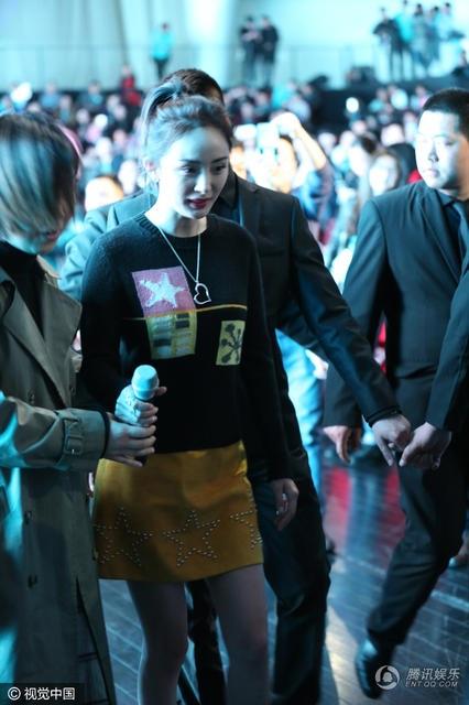 Trợ lý luôn ở sát bênh cạnh Dương Mịch, giúp cô đi lại an toàn. Đây là sự kiện đầu tiên mà Dương Mịch tham gia sau khi có thông tin cô mang bầu lần hai. Nữ diễn viên nổi tiếng của Trung Quốc gây chú ý khi tới bệnh viện khám vào tuần trước.