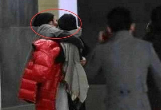 Hai vợ chồng Dương Mịch và Lưu Khải Uy trông rất hạnh phúc. Họ đi cùng một nhóm bạn nhưng không ngại bày tỏ tình cảm với nhau.