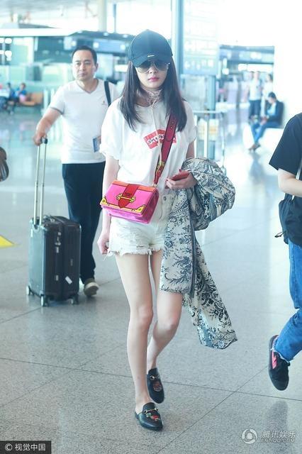 Dương Mịch diện quần short ngắn, áo phông trẻ trung. Ngôi sao nổi tiếng từ chối bình luận về thông tin cô và Lưu Khải Uy đã ly hôn từ năm ngoái nhưng chưa công khai.