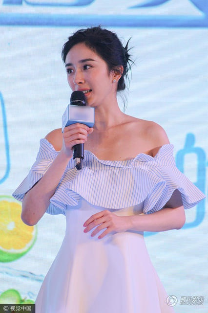 Nữ diễn viên xinh đẹp đã có một cô con gái 3 tuổi với nam diễn viên Lưu Khải Uy. Suốt một năm qua, vợ chồng cô đối mặt với tin đồn li dị nhưng cả hai vẫn chỉ im lặng hoặc khéo phủ nhận.
