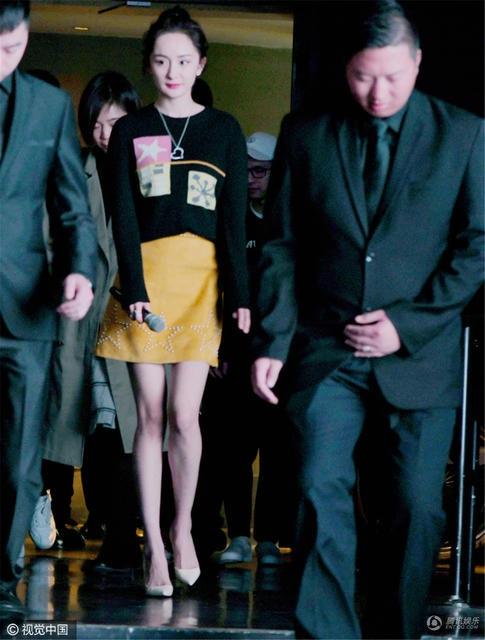 Trước đó, Dương Mịch và chồng - Lưu Khải Uy đã cùng đưa con gái tới trường. Đây là lần đầu tiên cặp đôi nổi tiếng của làng giải trí Hoa ngữ xuất hiện bên nhau kể từ tin đồn Lưu Khải Uy ngoại tình vào năm ngoái.