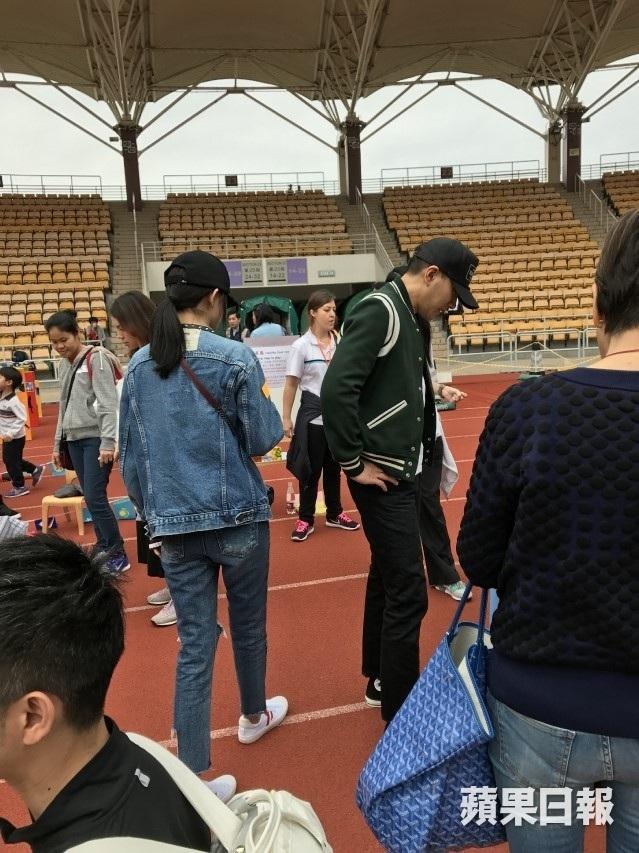Hình ảnh vợ chồng Dương Mịch - Lưu Khải Uy cùng đưa con gái tới trường được đăng tải vào ngày 25/3. Hai người tỏ ra rất hạnh phúc và vui vẻ.