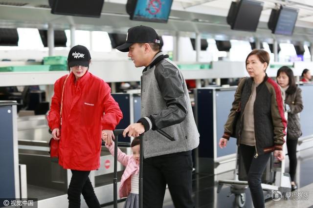 Trước đó, Lưu Khải Uy cũng từng bị bắt gặp đưa con gái chung của hai người tới sân bay tiễn Dương Mịch đi công tác. Đây là hình ảnh hiếm hoi về ba thành viên trong gia đình Dương Mịch - Lưu Khải Uy suốt hơn một năm qua.