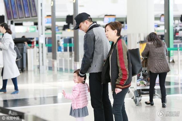...kể từ khi dính scandal ngoại tình vào năm ngoái, Lưu Khải Uy lui về ở ẩn và dành thời gian nhiều hơn cho con gái. Anh chịu trách nhiệm chăm sóc, đưa đón con gái đi học trong thời gian vợ đi công tác.