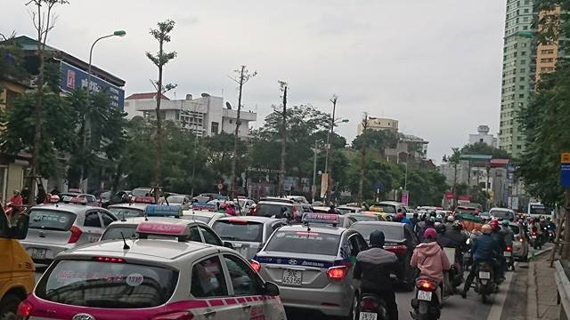 Xe cộ như nêm trên đoạn từ cầu vượt Nguyễn Chí Thanh - Kim Mã đến ngã tư Nguyễn Chí Thanh - Đường Láng.