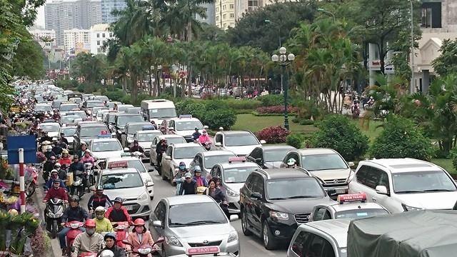 Đoạn từ ngã tư Nguyễn Chí Thanh - Đường Láng đến đầu đường Trần Duy Hưng ùn tắc cả hai chiều.