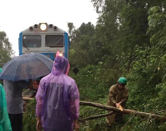 Đường sắt Bắc - Nam qua khu vực miền Trung tê liệt vì bão số 12