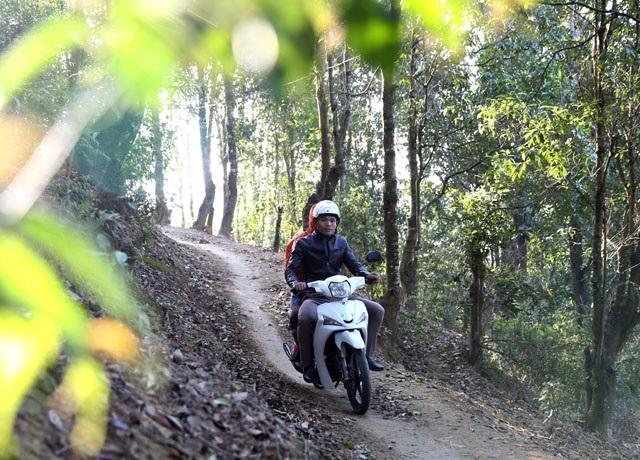 Đường đến trường là một lối mòn chỉ đủ cho một chiếc xe máy chạy