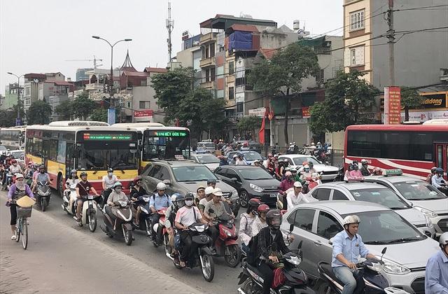 Sau kỳ nghỉ lễ, ngày 2/5,dòng người từ các tỉnh thành nườm nượp đổ về các thành phố lớn như Hà Nội và Hồ Chí Minh, khiến các tuyến đường cửa ngõ bị ùn tắc nghiêm trọng. (Ảnh: Quang Phong)