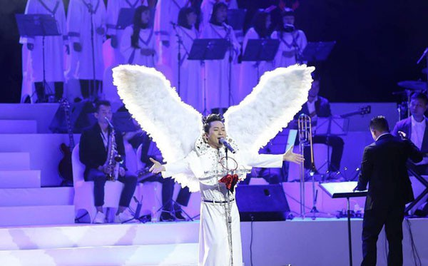 Tùng Dương gây bất ngờ khi xuất hiện với đôi cánh thiên thần...