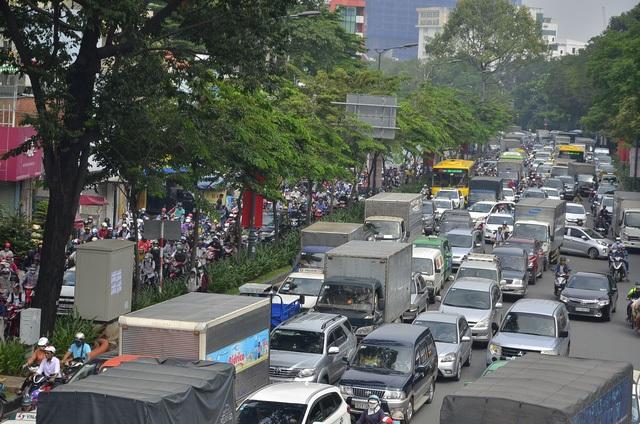 Tốc độ lưu thông qua khu vực sân bay Tân Sơn Nhất rất chậm. Trong ảnh, phương tiện nối đuôi trên đường Trần Quốc Hoàn (ảnh Đình Thảo)