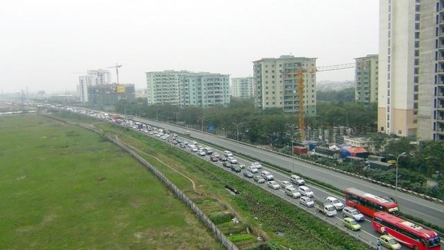 Chiều ngày 1/2, tức ngày 5 Tết - ngày nghỉ cuối cùng trong kỳ nghỉ Tết, dòng người từ các tỉnh thành đổ về Thủ đô khá đông, khiến giao thông tại các cửa ngõ Hà Nội ùn ứ. Càng về chiều tối lượng người và xe đổ về càng đông, giao thông rất khó khăn. (Ảnh: Quang Phong)