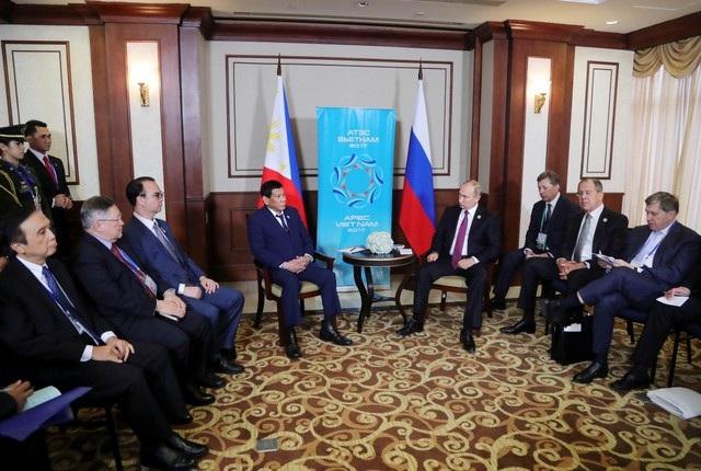 Tổng thống Duterte và Tổng thống Putin cùng các quan chức cấp cao của Nga và Philippines nhóm họp tại Đà Nẵng ngày 10/11 (Ảnh: Reuters)