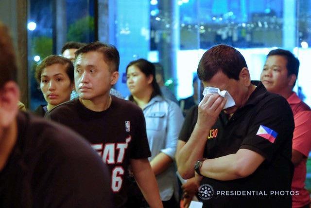 Từng là thị trưởng thành phố Davao trong hơn 20 năm trước khi đắc cử Tổng thống Philippines, ông Duterte đã chia sẻ nỗi đau mất mát với gia đình các nạn nhân. Nhà lãnh đạo Philippines không giấu nổi những giọt nước mắt khi nghe tin buồn về vụ hỏa hoạn. (Ảnh: Rappler)