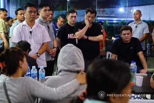 Ngày 24/12, Tổng thống Duterte đã tới thăm gia đình các nạn nhân bị thiệt mạng trong vụ hỏa hoạn tại trung tâm thương mại NCCC ở thành phố Davao, miền nam Philippines. Đám cháy xảy ra hôm 23/12 khiến ít nhất 37 người thiệt mạng. (Ảnh: Rappler)