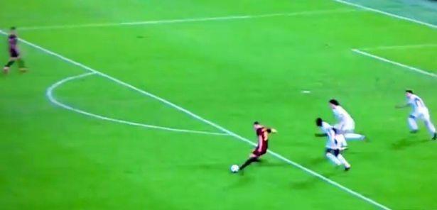 Sau đó, cầu thủ này thực hiện đường chuyền cho Perotti ở tư thế cực kỳ trống trải