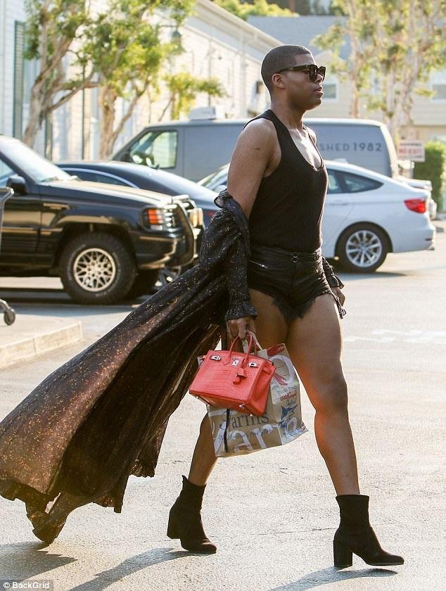 EJ Johnson sải bước sành điệu và nổi bật trên đường phố Los Angeles ngày 15/7 vừa qua