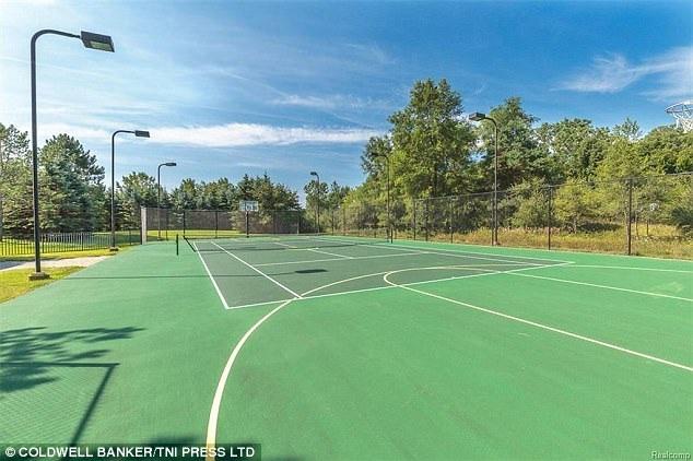 Ngôi nhà xây từ năm 1986 có cả sân tennis