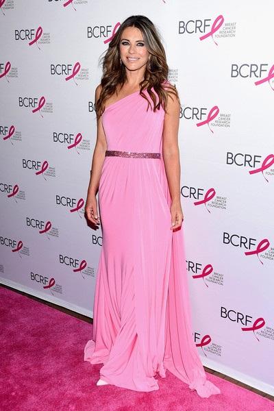 Elizabeth Hurley rất yêu màn hồng và thường chọn gam màu này cho các bộ đồ dự sự kiện