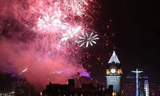 Đêm giao thừa lung linh ở Edinburgh, Scotland, Anh (Ảnh: PA)