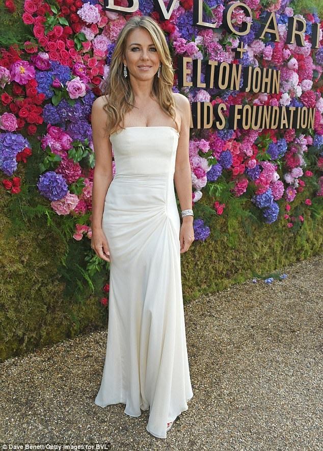 Elizabeth Hurley thanh lịch dự tiệc từ thiện của bạn thân Elton John