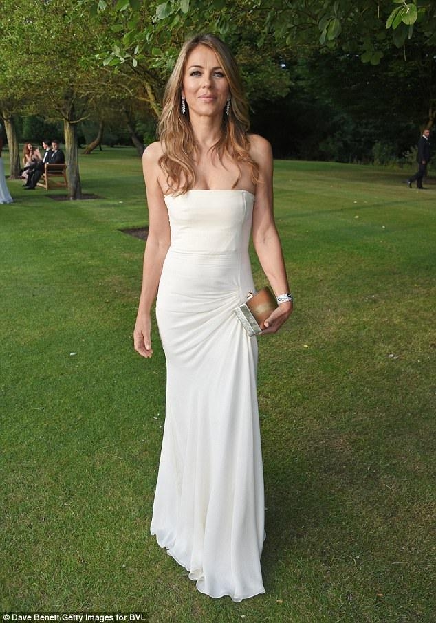 Ngôi sao xinh đẹp đa tài diện bộ váy trắng thanh lịch tôn dáng thanh mảnh và kiêu sa