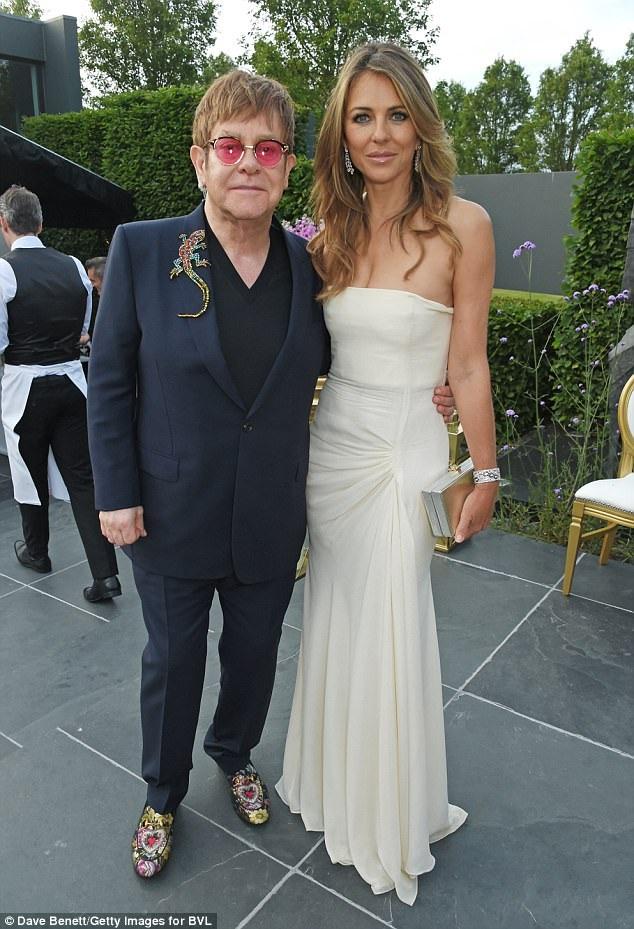 Elizabeth Hurley thân thiết với danh ca Elton John đã nhiều năm và luôn ủng hộ Elton John trong các hoạt động