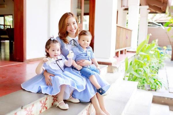 Một trong những bà mẹ có các con xinh đẹp như thiên thần. Elly Trần chia sẻ khoảnh khắc đáng yêu của 3 mẹ khi cùng diện đồ màu xanh hòa bình. Cô viết: Bởi vì cuộc đời đã tạo ra nhân duyên nên người ta cuối cùng cũng đến với nhau bằng cách này, hay cách khác.