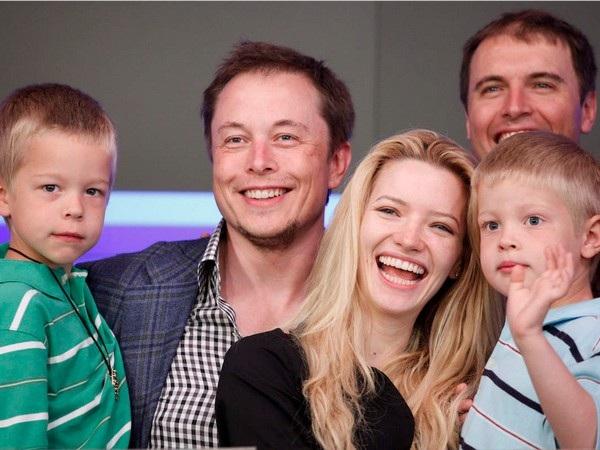 Chủ nhật cũng là khoảng thời gian Elon Musk dành cho 5 con trai của mình. Elon Musk đã từng chia sẻ rằng anh có thể vừa chơi với con vừa làm việc khi cần.