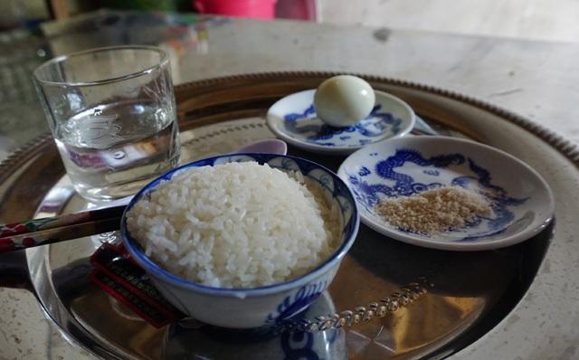 Mâm cơn cúng của mẹ Nam chỉ là bát cơm trắng, quả trứng luộc, đĩa muối và bát canh