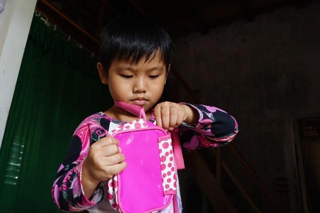Còn em gái Nam còn quá nhỏ để hiểu hết nỗi đau của một đứa trẻ không có cha, giờ sống trong cảnh mồ côi mẹ