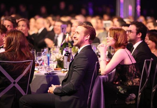 Ryan Gosling và Emma Stone - 2 ngôi sao của phim La La Land ngồi cạnh nhau khi dự tiệc của lễ trao giải SAG - giải thưởng được trao tặng bởi nghiệp đoàn diễn viên màn ảnh Mỹ tổ chức hôm nay 30/1