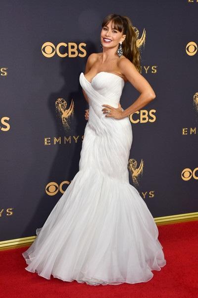 Sofia Vergara trẻ đẹp với váy trắng dự lễ trao giải Emmy lần thứ 69 diễn ra tại nhà hát Microsoft ở Los Angeles, California, Mỹ