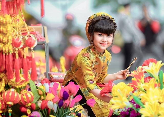 Bé Emily Kiều Vui mang hai dòng máu Việt - Đức mặc áo dài truyền thống trong dịp về quê đón Tết Đinh Dậu (Ảnh: Tuấn Hoàng - SuriStudio)