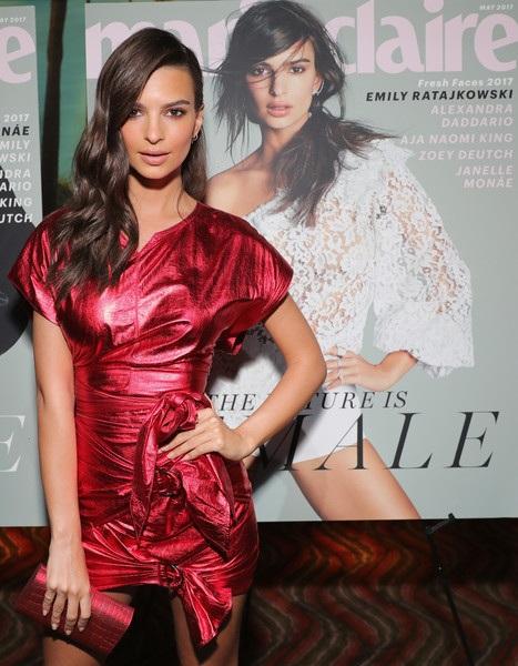 Emily Ratajkowski gợi cảm dự tiệc do tạp chí Marie Claire tổ chức tại Hollywood, California, Mỹ ngày 21/4 vừa qua. Cô đứng kế hình bìa tạp chí có ảnh mình