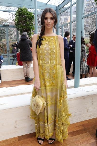 Emily Ratajkowski hóa công chúa kiều diễm trong show diễn của Valentino tại Paris Fashion Week