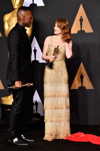 Nữ diễn viên 27 tuổi bên đồng nghiệp Mahershala Ali, người nhận giải Oscar cho vai nam phụ xuất sắc nhất