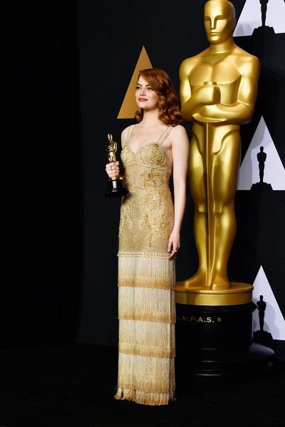 Emma kiêu sa trong chiếc váy Givenchy, nữ trang Tiffany &Co