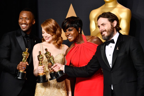 Viola Davis (váy đỏ) giành giải nữ diễn viên phụ xuất sắc nhất còn Casey Affleck (ngoài cùng bên phải) nhận giải nam diễn viên chính xuất sắc nhất