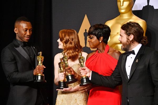 Bốn ngôi sao rạng rỡ bên tượng vàng Oscar trong phòng truyền thông khi lễ trao giải kết thúc