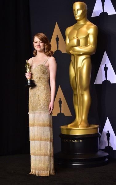 Emma hạnh phúc phát biểu: Tôi vẫn đang trưởng thành, học hỏi và làm việc, bức tượng vàng này thật tuyệt và nó là động lực để tôi cố gắng hơn trên con đường của mình. Tôi rất biết ơn - vì tất cả.