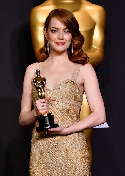 Ryan Gosling - bạn diễn cùng Emma Stone trong phim La La Land cũng khen ngợi cô sau chiến thắng này, nam diễn viên điển trai cho biết, anh vui khi làm việc với cô và hai người thực sự đóng phim rất ăn ý