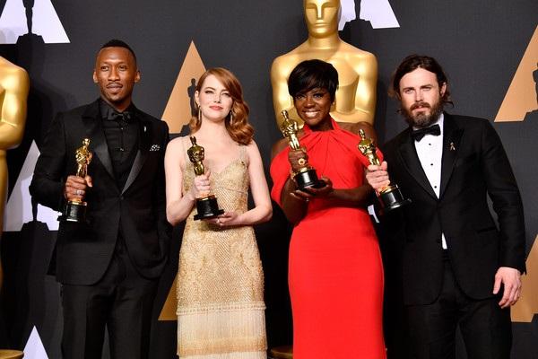 Emma Stone cũng chia sẻ sự tiếc nuối cho La La Land khi phim không được giải phim hay nhất mà giải thưởng lại giành cho phim Moonlight