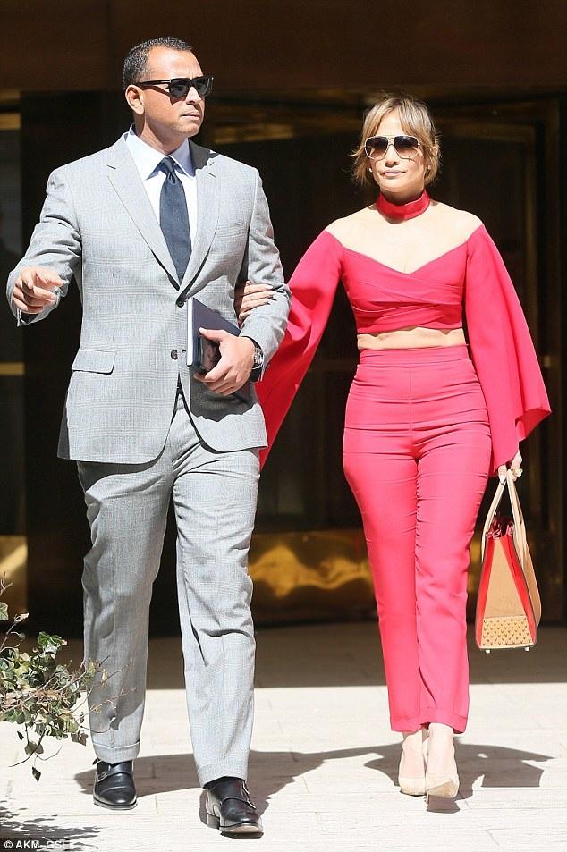 Jennifer Lopez và bạn trai mới - ngôi sao bóng chày giàu nhất thế giới Alex Rodriguez tình tứ xuất hiện bên nhau trên đường phố New York ngày 3/4 vừa qua