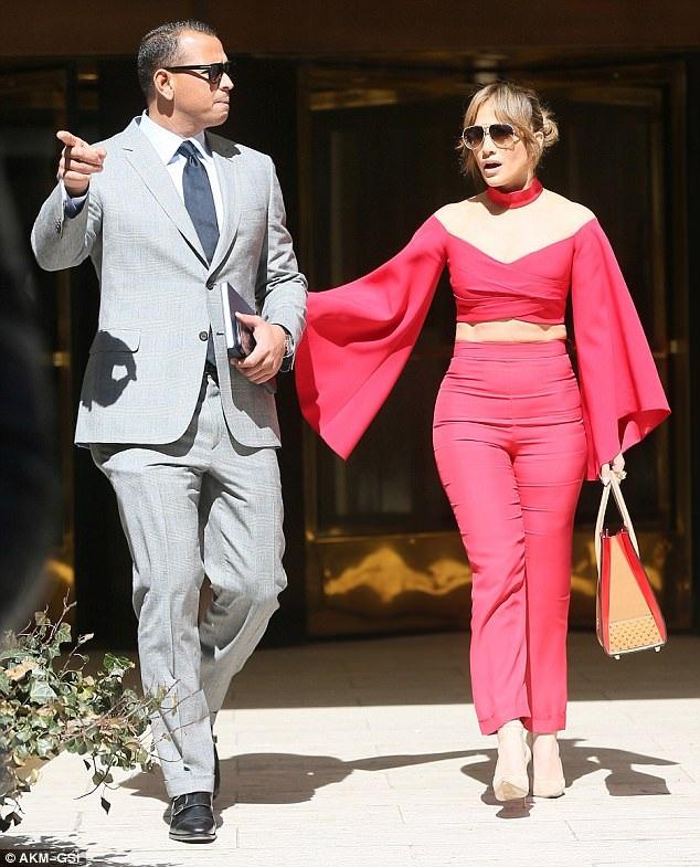 J-Lo khoe ba vòng nảy lửa trong trang phục bó sát trị giá 3000 đô la Mỹ của hãng Balmain