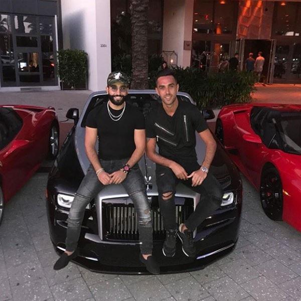 Chụp hình với một người bạn bên siêu xe Rolls-Royce ở Mỹ.